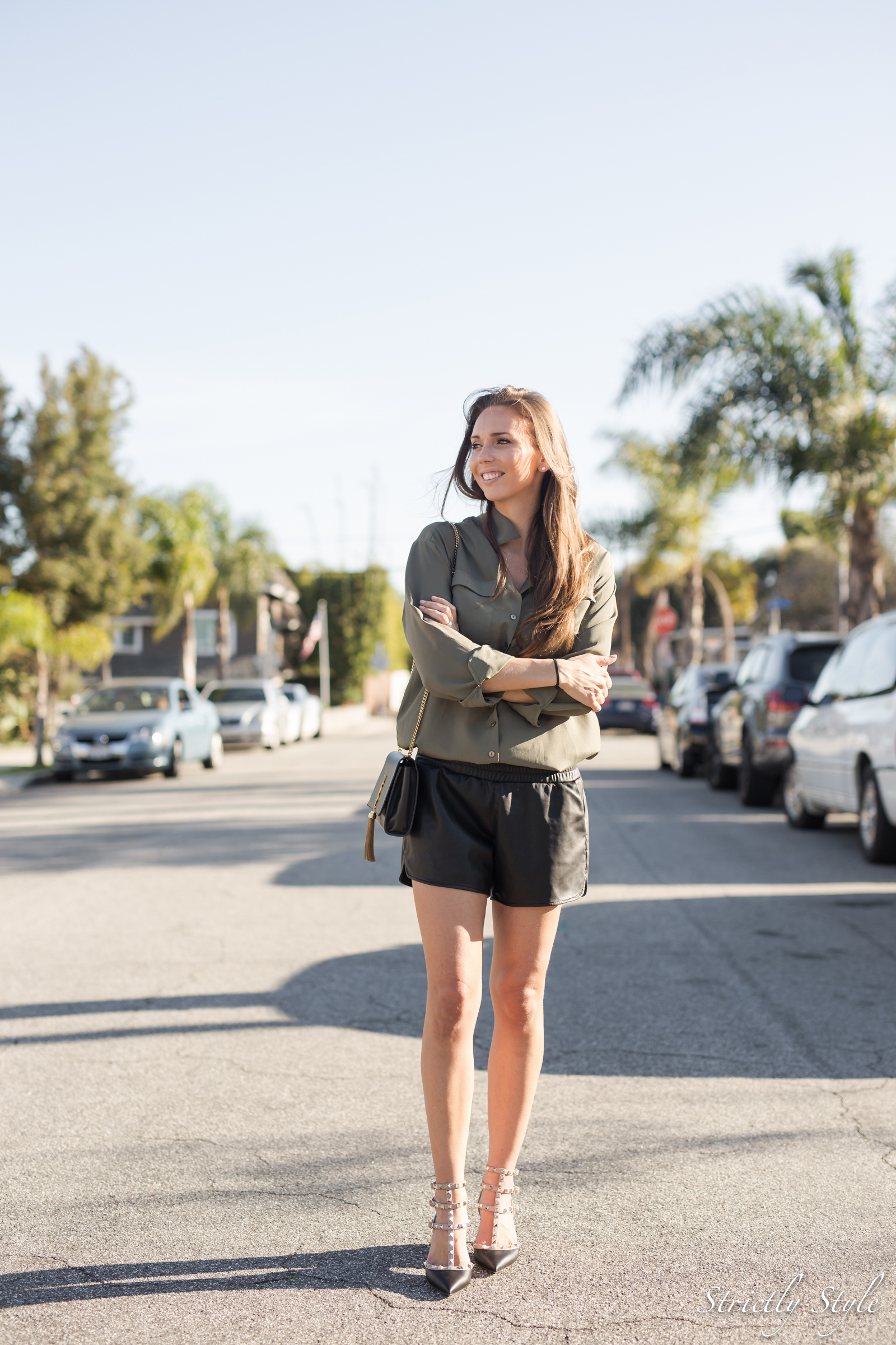 eka asu losissa valnrtino rockstuds black leather shorts-9875