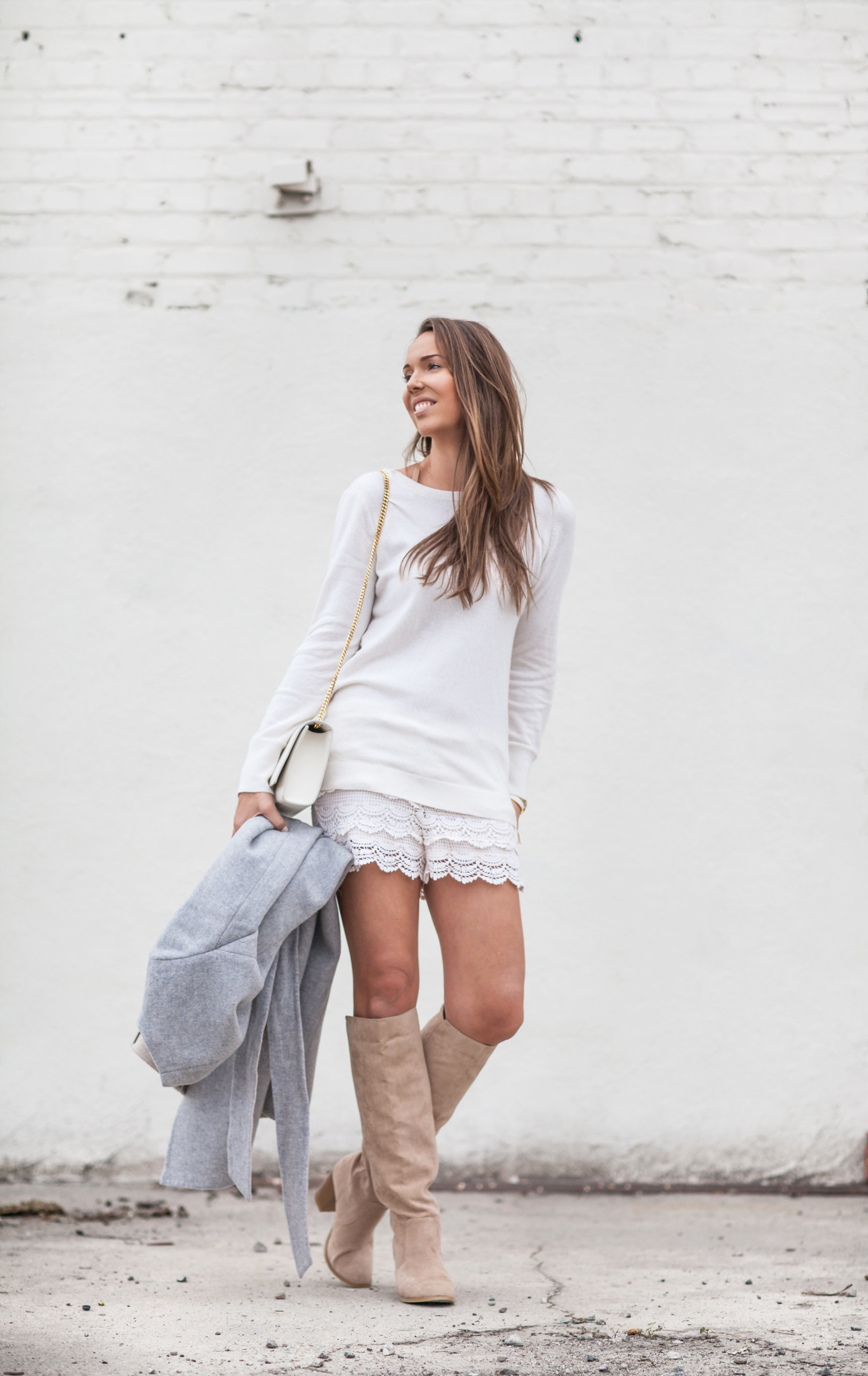 harmaa takki pitsisortsit valkoinen paita lon beach-5522